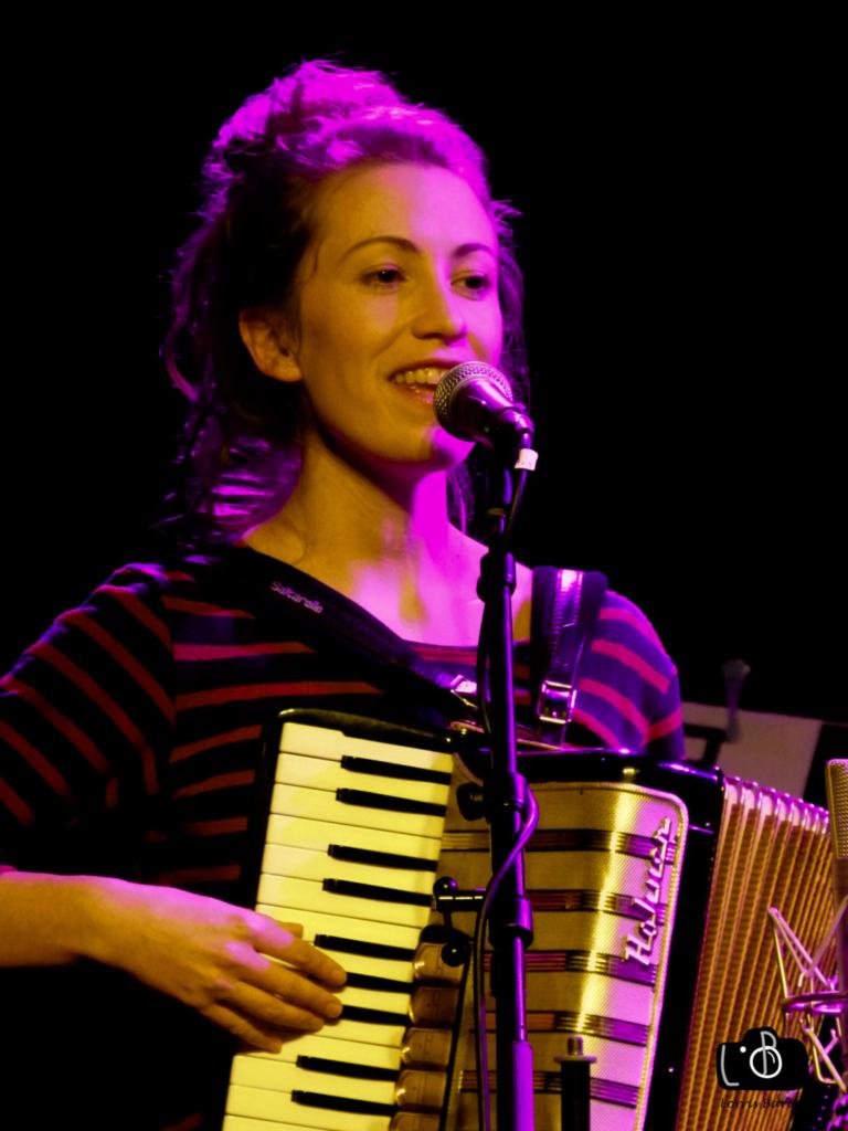 Camille est l accordéoniste du groupe musical Michel ou Rien