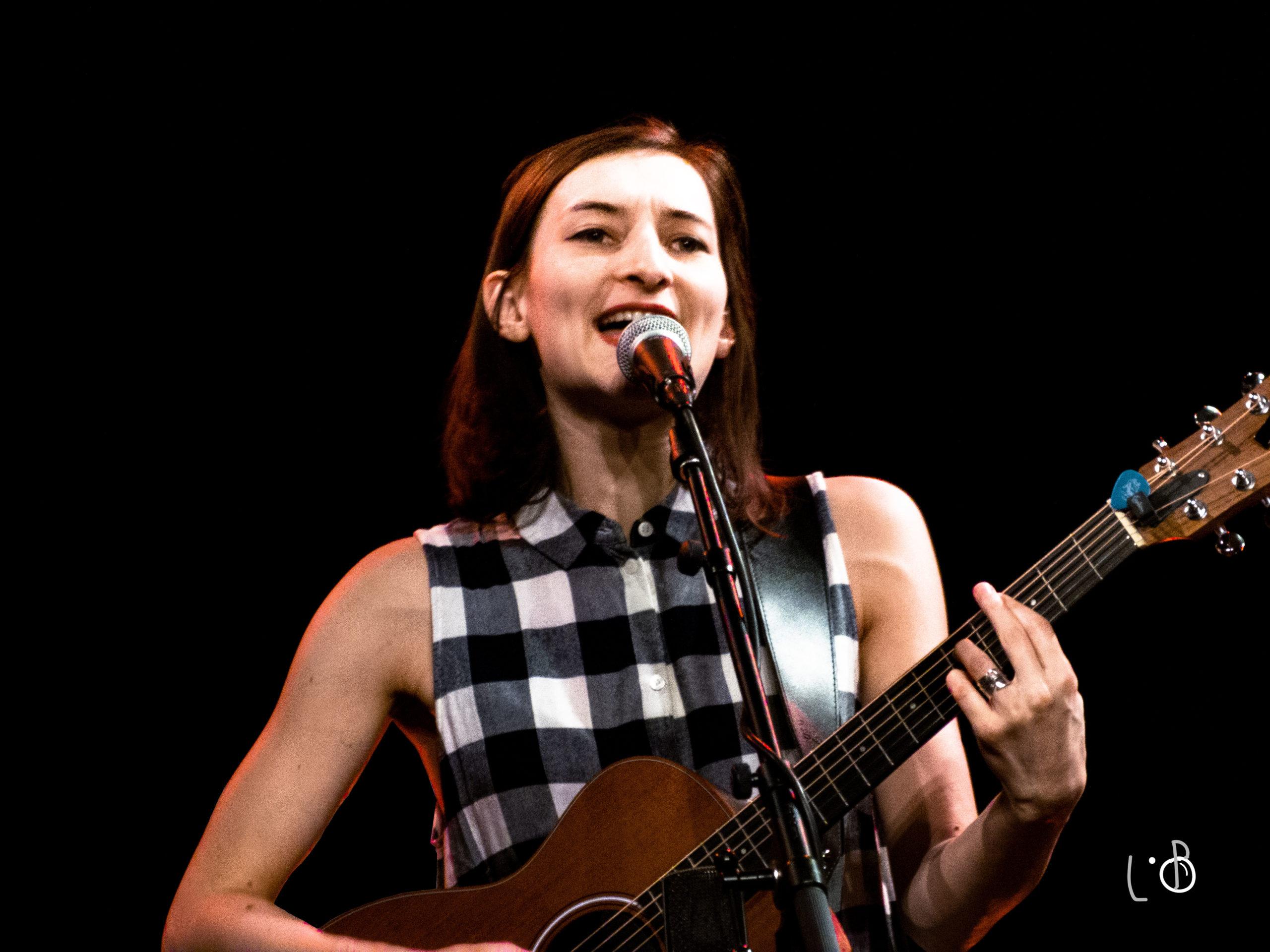 Hélène est la guitariste du groupe musical Michel ou Rien
