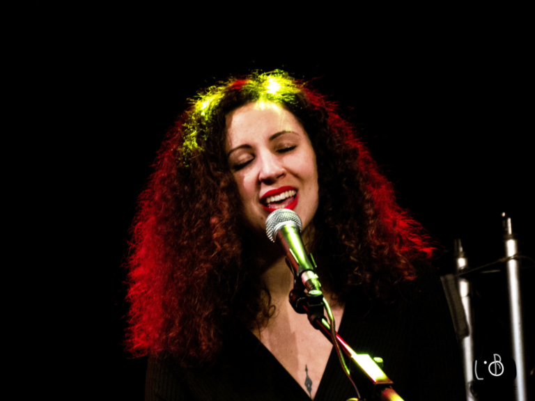 Laura Carmen est la percussionniste du groupe musical Michel ou Rien
