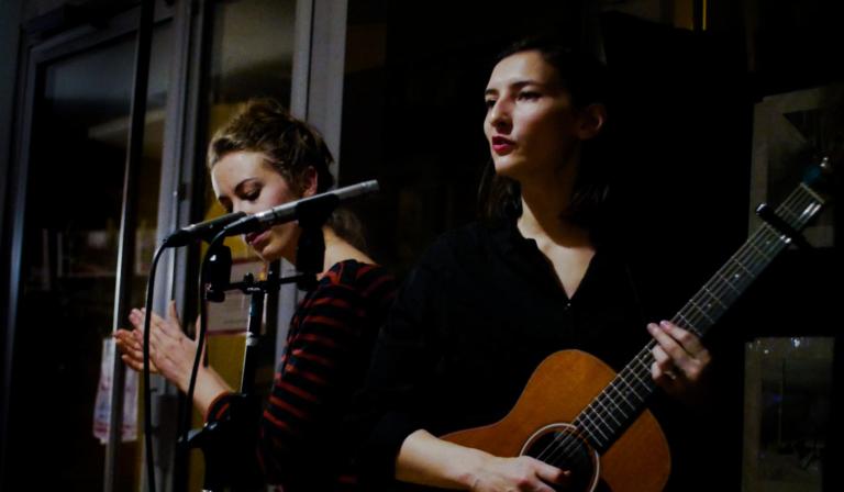 Hélène et Camille lors du concert Michel ou rien au bar commun situé dans le dix huitième arrondissement de Paris.